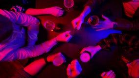 Barra con la iluminación de neón Tiempo del gasto de la gente Jugar las tijeras de papel de la roca almacen de video