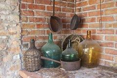 Barra con viejo Dusty Bottles Imágenes de archivo libres de regalías