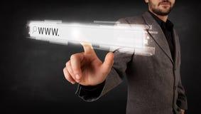 Barra conmovedora de la dirección del explorador Web del hombre de negocios joven con la muestra de WWW Fotografía de archivo