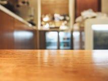 Barra contrária do tampo da mesa com fundo interior borrado fotografia de stock