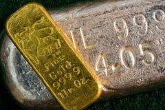 Barra d'argento della barra della verga d'oro dalla 1 oncia (lingotto) qui sotto Fotografie Stock Libere da Diritti