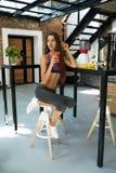 Barra da aptidão dos cereais para a dieta Mulher saudável do ajuste que bebe o suco fresco nutrition Fotografia de Stock Royalty Free
