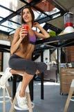 Barra da aptidão dos cereais para a dieta Mulher saudável do ajuste que bebe o suco fresco nutrition Imagens de Stock Royalty Free