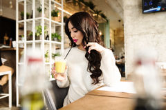 Barra da aptidão dos cereais para a dieta Mulher saudável na dieta que bebe o suco fresco da desintoxicação, Foto de Stock Royalty Free