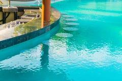 Barra da piscina na ilha tropical de Maldivas Foto de Stock