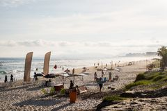 Barra da Tijuca strand på en härlig eftermiddag, withbuildings i bakgrunden de janeiro rio Arkivbild