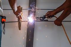 Barra de aço de solda do trabalhador foto de stock