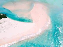 A barra de areia vasta do deslocamento e os fluxos maré fotografia de stock