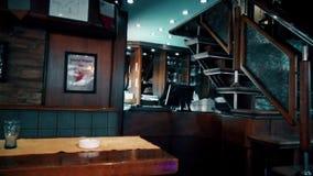 Barra de café com cadeiras vazias