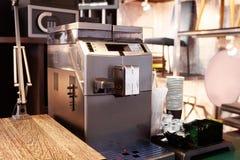Barra de café do hotel, utensílios de mesa do café da manhã, máquina do café, chá, açúcar, copos de papel, creme, colher Fotos de Stock Royalty Free