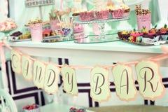Barra de caramelo con diversos dulces en partido de la cena o del evento Fotos de archivo