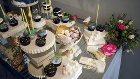 Barra de caramelo linda con los diversos caramelos y cakes-3 almacen de video