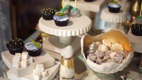 Barra de caramelo linda con los diversos caramelos y cakes-2 almacen de video