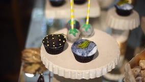 Barra de caramelo linda con los diversos caramelos y tortas metrajes