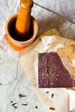 Barra de chocolate agrietada con las especias Fotografía de archivo libre de regalías