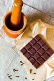 Barra de chocolate agrietada con las especias Foto de archivo libre de regalías
