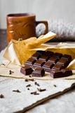 Barra de chocolate agrietada con las especias Imágenes de archivo libres de regalías