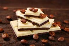 Barra de chocolate blanco y negro del café Imágenes de archivo libres de regalías