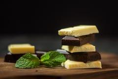 Barra de chocolate Chocolate blanco y negro Imagenes de archivo