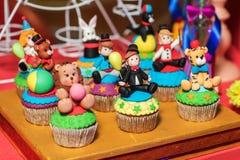 Barra de chocolate com doces Bolo, cookies, limonada, queques cremosos, bagas frescas para o anivers?rio comemorativo imagem de stock royalty free