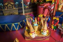 Barra de chocolate com doces Bolo, cookies, limonada, queques cremosos, bagas frescas para o anivers?rio comemorativo foto de stock