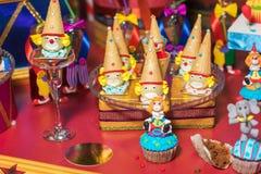 Barra de chocolate com doces Bolo, cookies, limonada, queques cremosos, bagas frescas para o anivers?rio comemorativo imagens de stock royalty free
