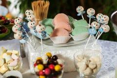 Barra de chocolate com doces Bolo, cookies, limonada, queques cremosos, bagas frescas para o anivers?rio comemorativo fotografia de stock royalty free