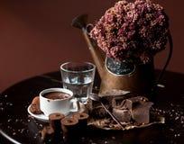 Barra de chocolate con la bebida del chocolate caliente Imagenes de archivo