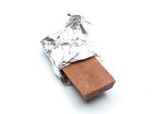 Barra de chocolate con la envoltura de aluminio abierta Fotografía de archivo