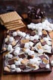 Barra de chocolate con las melcochas Fotos de archivo libres de regalías