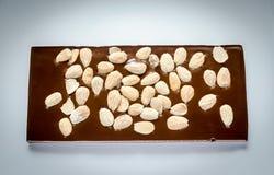 Barra de chocolate de lujo con las almendras enteras Foto de archivo