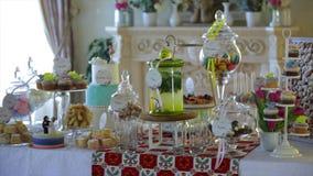 Barra de chocolate decorada deliciosa, doces em tabelas para o copo de água filme
