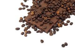 Barra de chocolate e feijões de café Fotografia de Stock Royalty Free