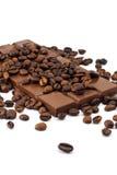Barra de chocolate e feijões de café Fotos de Stock