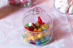Barra de chocolate O doce de fruta redondo e o chocolate arredondado são muito coloridos foto de stock