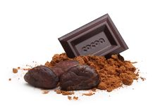 Barra de chocolate oscura en la hoja aislada Foto de archivo libre de regalías