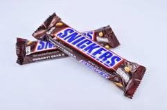 A barra de chocolate rir debochadamente em um fundo branco foto de stock royalty free