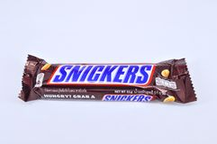A barra de chocolate rir debochadamente em um fundo branco foto de stock