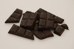 Barra de chocolate rota en pedazos Fotos de archivo libres de regalías