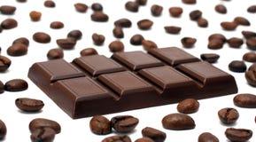 Barra de chocolate y granos de café Fotos de archivo