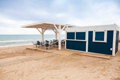 Barra de espaço aberto vazia com assoalho de madeira Fotos de Stock Royalty Free