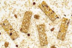 Barra de Granola Petisco doce saud?vel da sobremesa Barra de granola do cereal com porcas, fruto e bagas em uma tabela branca imagens de stock royalty free