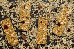 Barra de Granola Petisco doce saud?vel da sobremesa Barra de granola do cereal com porcas, fruto e bagas em uma tabela de pedra p imagem de stock