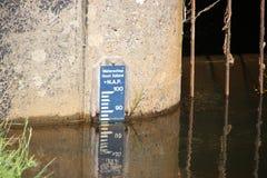 Barra de indicador en el agua al indicatie el nivel en Salland en los Países Bajos fotos de archivo