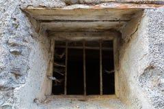 Barra de janela oxidada do ferro com as teias de aranha da Web de aranha e a pena de pássaro a Fotografia de Stock Royalty Free