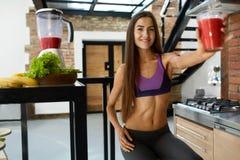 Barra de la aptitud de los cereales para la dieta Mujer sana del ajuste que bebe el jugo fresco Nutrición imagen de archivo