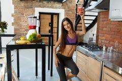 Barra de la aptitud de los cereales para la dieta Mujer sana del ajuste que bebe el jugo fresco Nutrición fotos de archivo libres de regalías