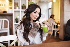 Barra de la aptitud de los cereales para la dieta Mujer sana en dieta que bebe el jugo fresco del Detox, Fotos de archivo libres de regalías