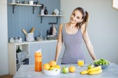 Barra de la aptitud de los cereales para la dieta Mujer de consumición sana en dieta que bebe el jugo fresco del Detox, Smoothie  fotos de archivo