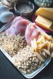 Barra de la aptitud de los cereales para la dieta Tema de la nutrición y de los deportes Cuerpo destrozado Spo fotos de archivo libres de regalías